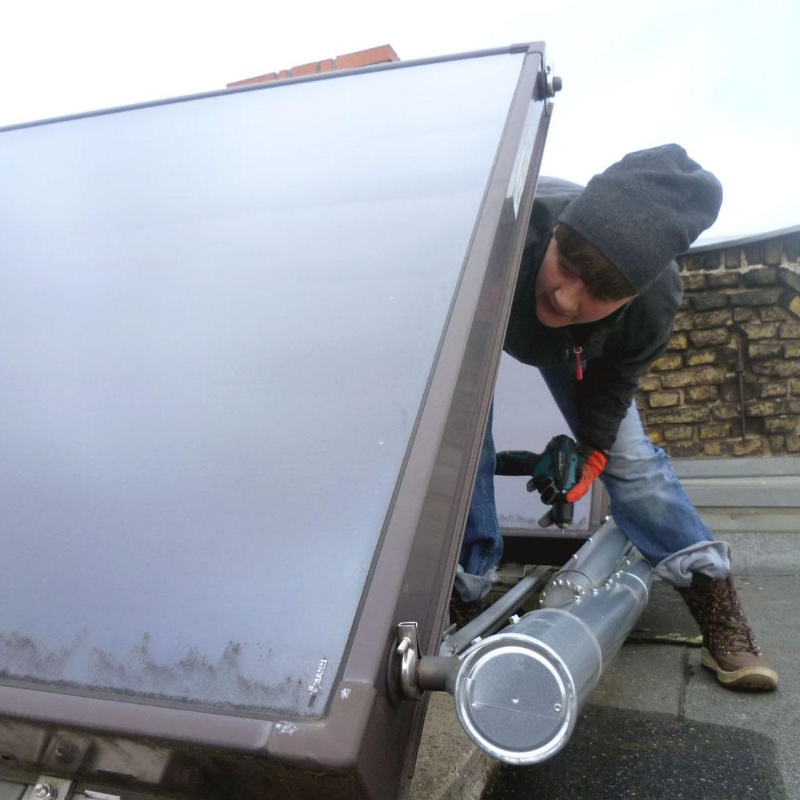 Coverbild der STellenanlalyse: Anlagenmechanikerin repariert Solarkollektor