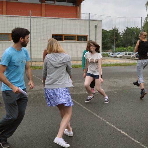 Junge Menschen beim Spielen draußen