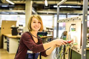 Elektronikerin für Betriebstechnik bei der Arbeit