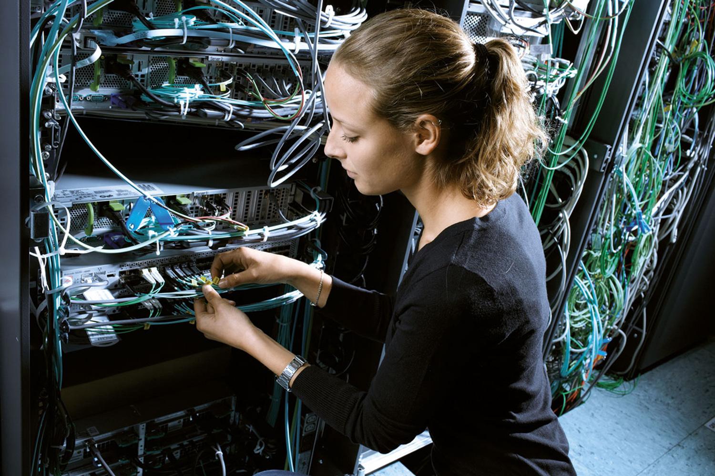 Elektronikerin für Maschinen und Antriebstechnik bei der Arbeit
