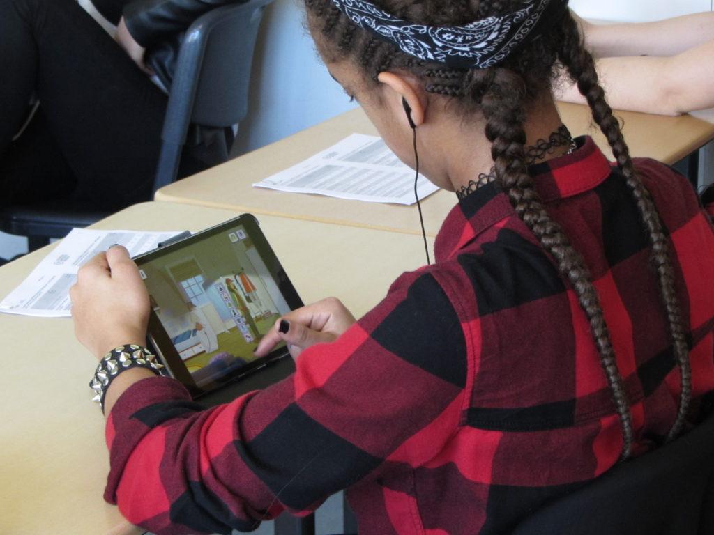 Schülerin beim Gametesting in Neuss