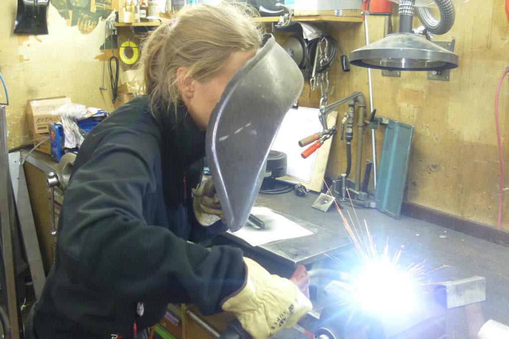 Metallbauerin bei der Arbeit