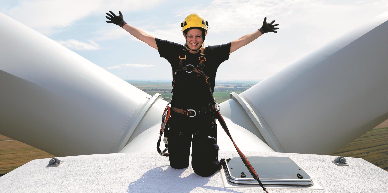 Elektronikerin Svantje oben auf einem Windrad