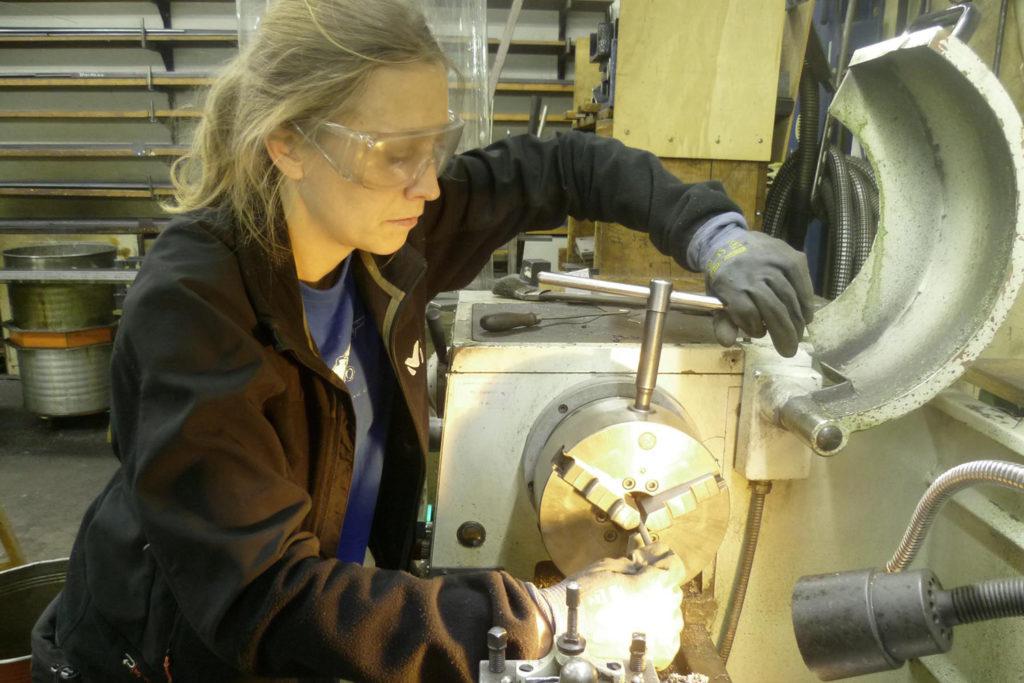 Werkzeugmechanikerin bei der Arbeit