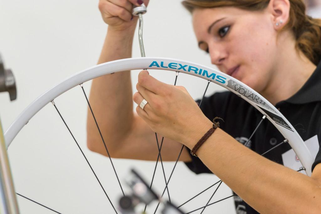 Zweiradmechanikerin bei der Arbeit